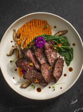 Controfiletto di bisonte teriyaki con patate dolci e bok choy immagine articolo