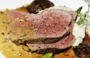 Gemarineerde Bison Sirloin Tip Roast met Kruiden en Wijn article image
