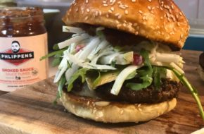 Peppery Bison Brie Burger con cavolo rapa e insalata di mele immagine articolo