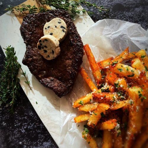 Steak de bison avec frites à la truffe